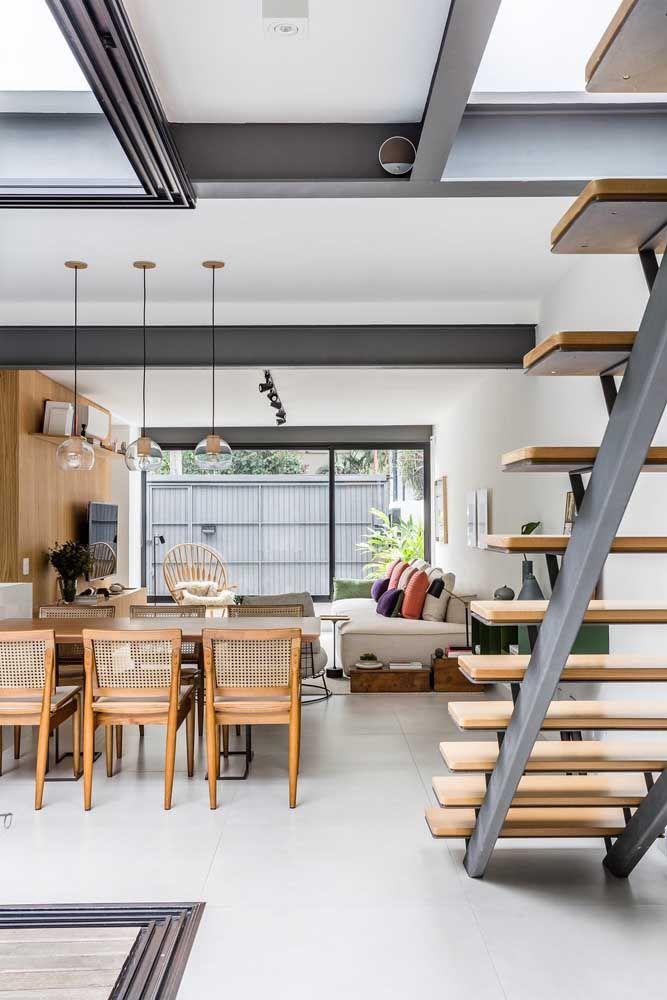 Sala dois ambientes com escada: simplicidade e bom gosto para o projeto