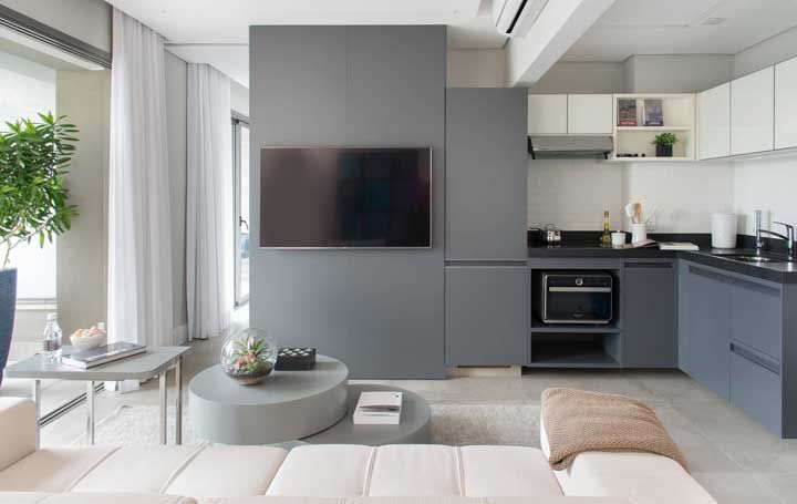 Aqui, armário de cozinha e painel para TV compartilham o mesmo projeto em perfeita harmonia