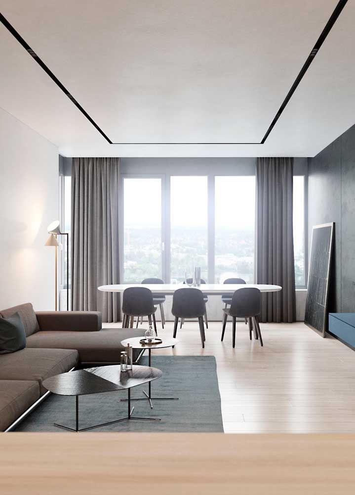 O branco reflete a luz natural que entra pela janela e deixa a sala dois ambientes ainda mais clean e ampla