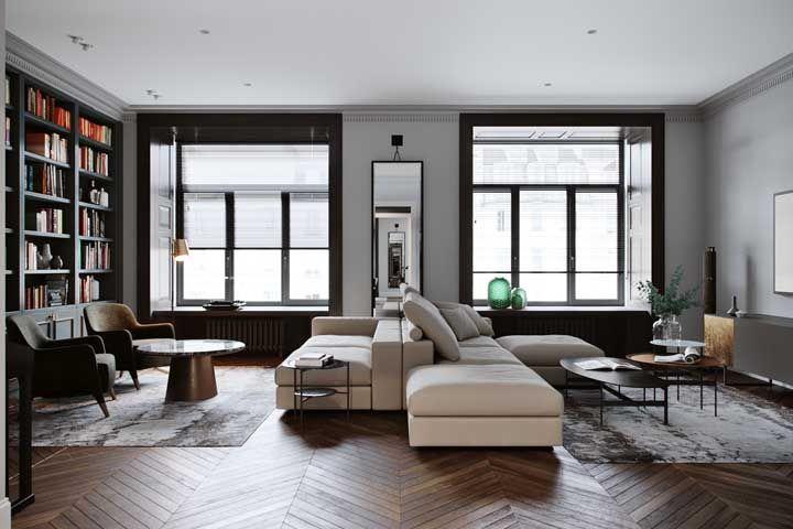Os sofás traçam a linha divisória entre as duas salas; as janelas contribuem com a marcação dos espaços