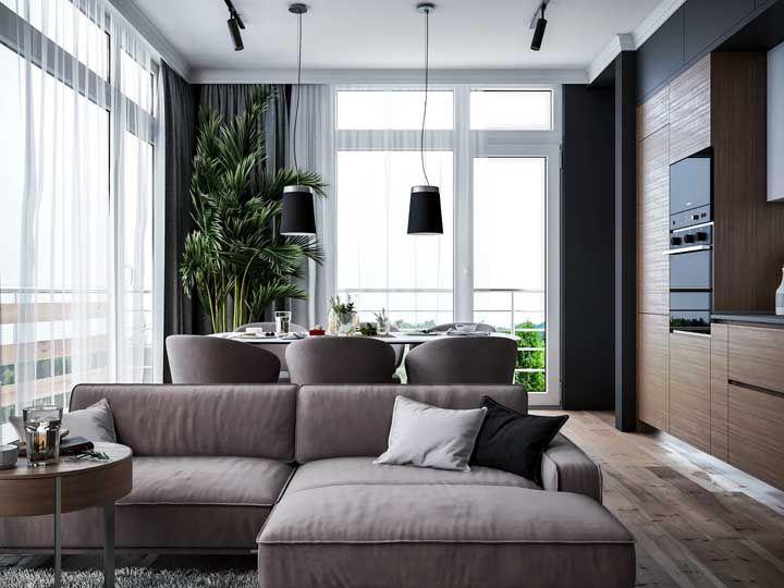 Armários embutidos e móveis com design clean são a dica aqui para quem precisa decorar uma sala dois ambientes pequena