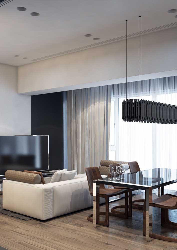 È muito importante garantir uma área mínima de circulação entre os móveis da sala dois ambientes, como aqui entre a mesa de jantar e o sofá