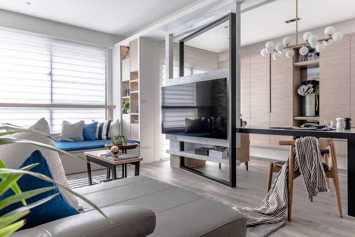 Uma dica é aproveitar o painel da TV para demarcar os espaços da sala dois ambientes