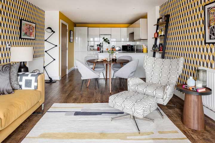 Os desenhos na parede garantem um efeito 3D moderno e irreverente que combina com o estilo da cozinha mais aos fundos