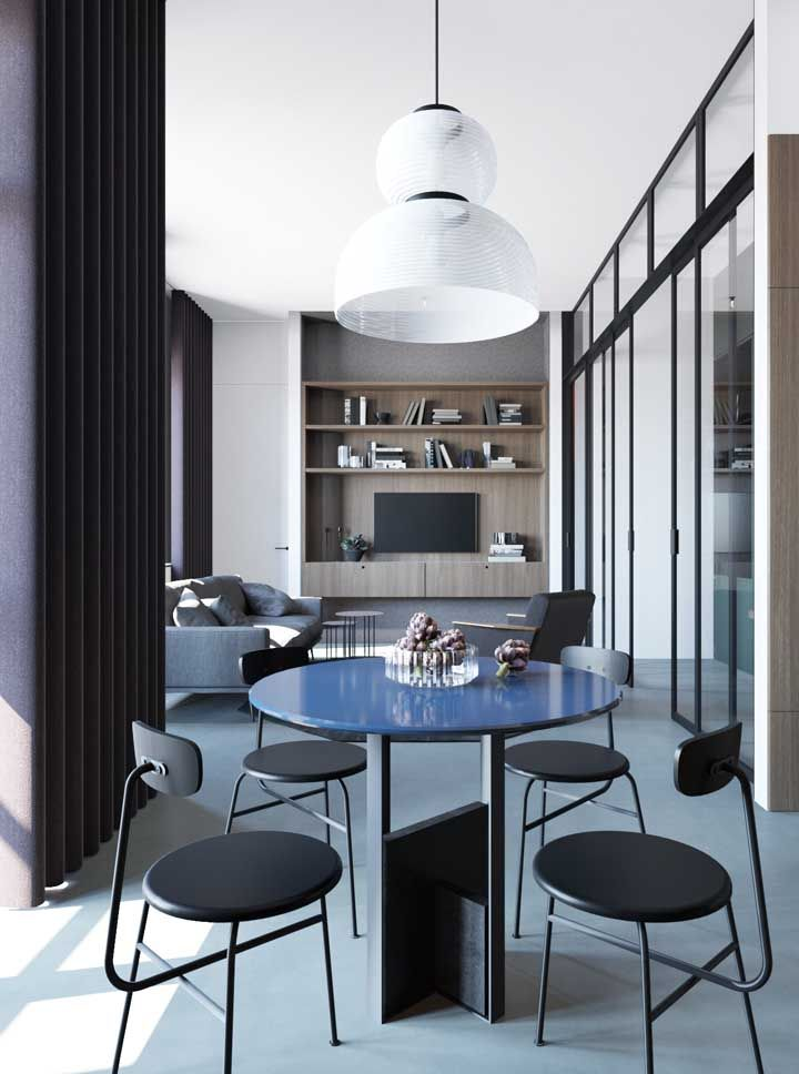 Sala dois ambientes retangular; a integração fica ainda maior com a porta de vidro de correr