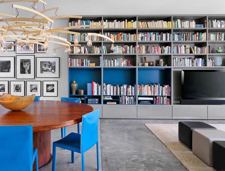 O azul traz cor e vida para decoração sem tirar a neutralidade do ambiente