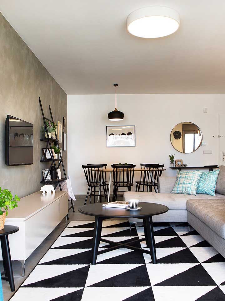 O piso diferenciado destaca a sala de estar da sala de jantar, garantindo a demarcação entre os dois ambientes