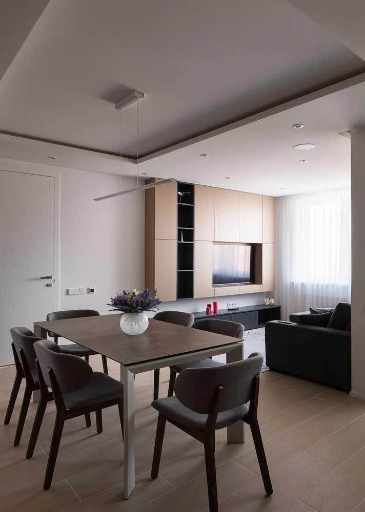 Sala dois ambientes simples; repare que o teto rebaixado de gesso foi usado apenas sobre a sala de estar, diferenciando os dois espaços