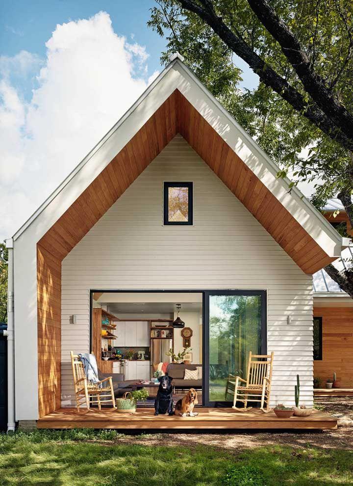 O pé direito alto da mini casa permite que seja construído um mezanino e, assim, otimizar a área interna