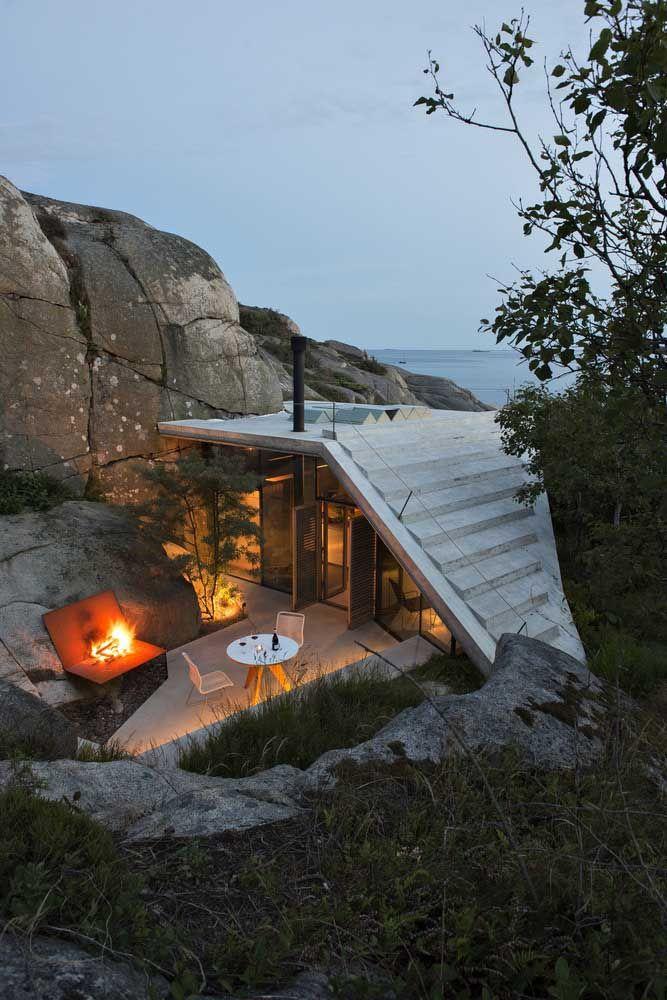 Arquitetura orgânica mexe com o seu coração? Então você vai amar essa mini casa que aproveita o paredão de pedras como parte da sua estrutura; um modelo totalmente integrado ao meio