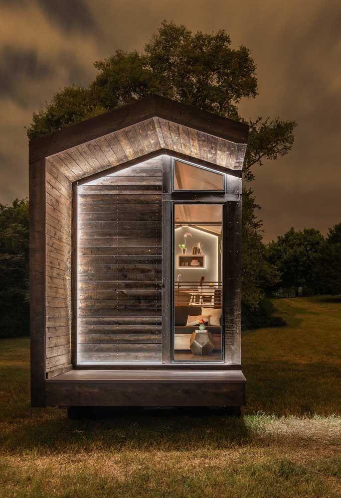 Encantadora, essa mini casa de madeira possui rodinhas que permitem ao morador levá-la para onde quiser