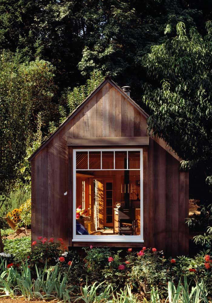 Casinha de contos de fadas; o jardim florido reforça ainda mais essa ideia lúdica