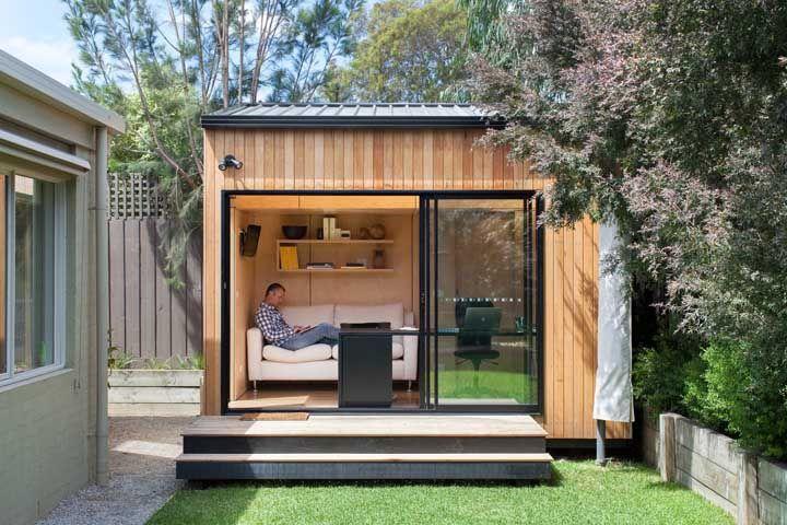 Construída junto a casa principal, essa mini casa se transformou na estação de trabalho do morador