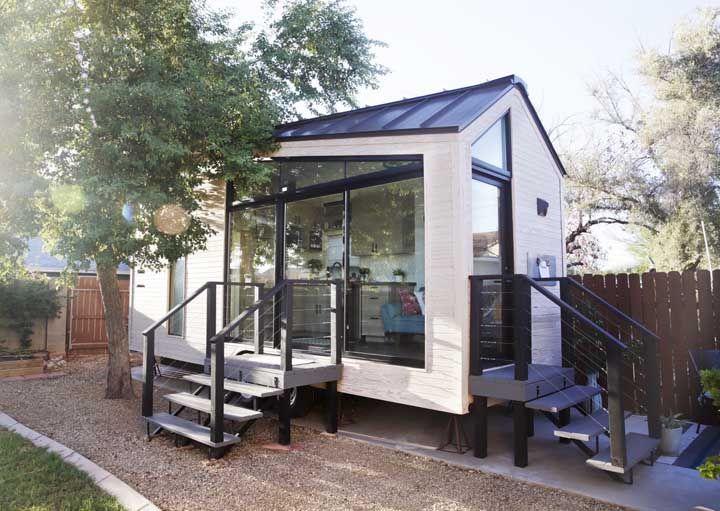 Mini casa com escadas e paredes de vidro
