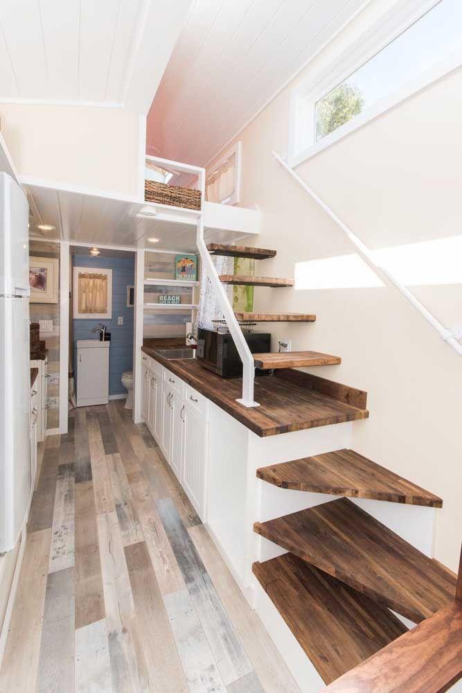 Em uma mini casa todos os espaços devem ser bem aproveitados; aqui, o vão abaixo da escada foi usado para a cozinha