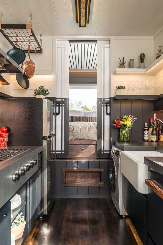 O vão deixado pelo mezanino criou a possibilidade de um closet dentro da mini casa