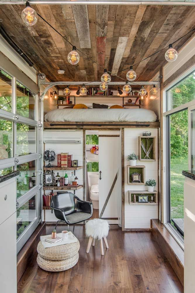 Madeira e vidro trazem conforto e elegância para dentro dessa mini casa