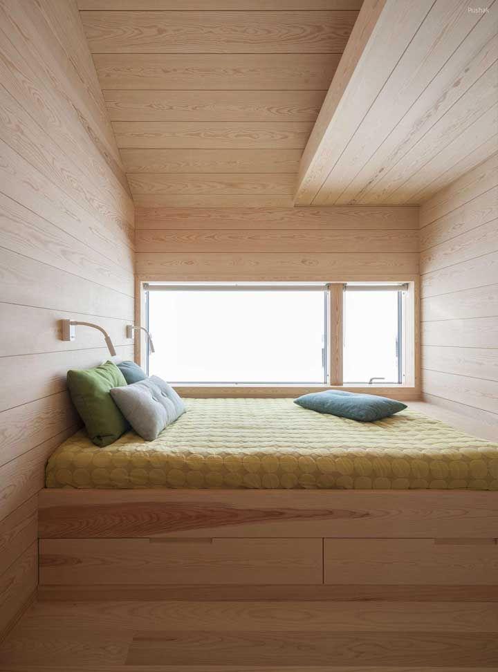 O quarto na parte superior da mini casa foi todo revestido em madeira