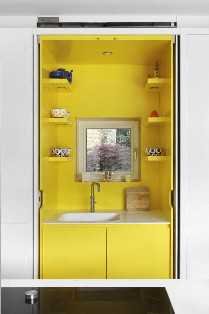Aqui, a cozinha fica embutida dentro do armário