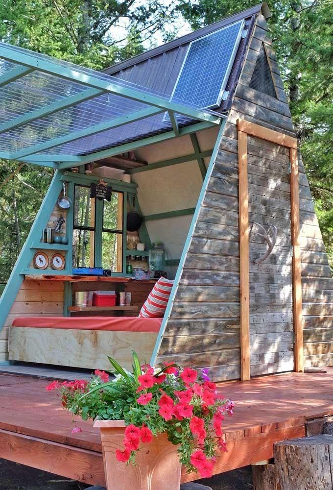 Mini casa para viver despreocupado em meio à natureza; destaque para a placa de energia solar que ainda torna o projeto autossustentável