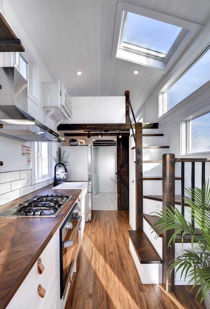 Iluminação natural é o ponto de destaque dessa mini casa