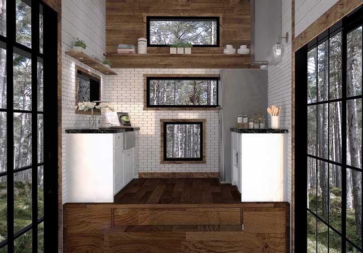 A cozinha dessa mini casa fica elevada em relação ao piso, sabe para quê? Para aproveitar o espaço sob ela