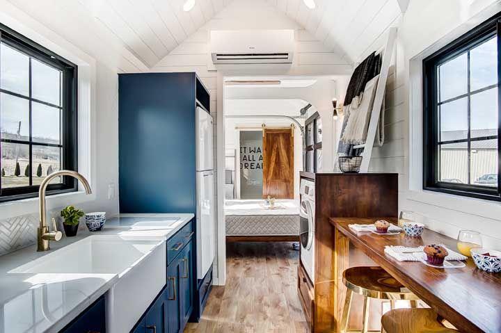 Deste ponto é possível observar toda a extensão da mini casa por dentro, começando pela cozinha, passando pelo quarto até chegar ao banheiro