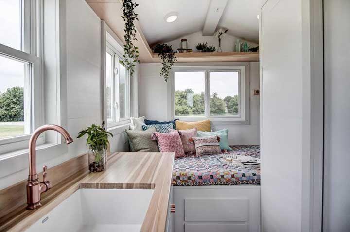 A mini casa pode ter uma decoração linda também; aqui, essa parte foi resolvida com o uso de uma prateleira elevada