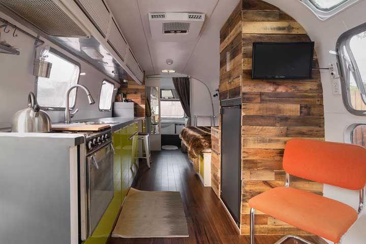 Mini casa no trailer vista por dentro: tudo muito pequeno, mas sem deixar de ser confortável
