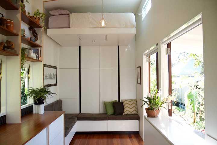 Quando não está em uso, a cama é içada para cima e a parte de baixo ainda revela um pequeno armário