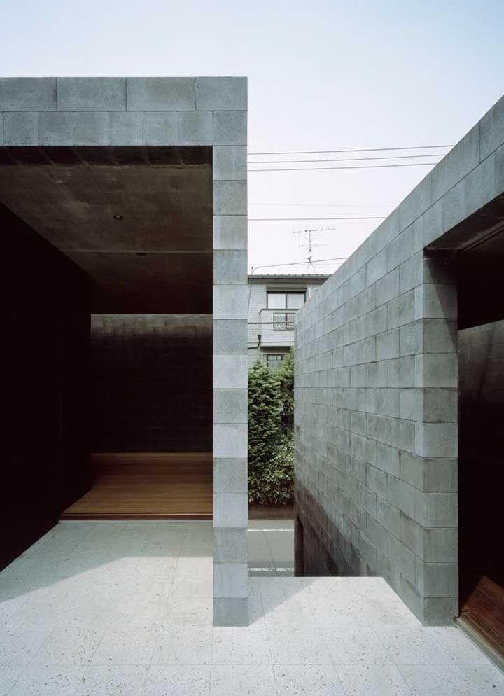 O piso Fulget em placas foi a escolha para essa área externa da casa em design rústico
