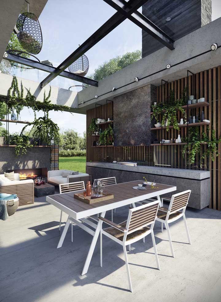O piso Fulget natural completa a proposta rústica moderna desse espaço gourmet com jardim vertical