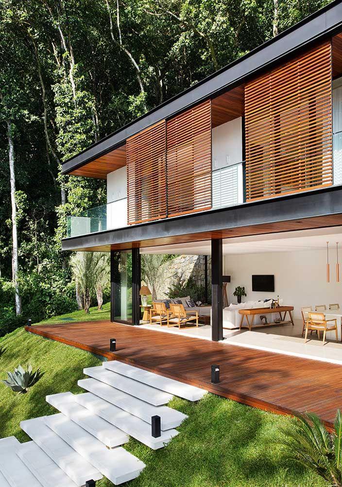 Escada para o jardim da casa feita em piso Fulget; conforto e muito estilo para o espaço