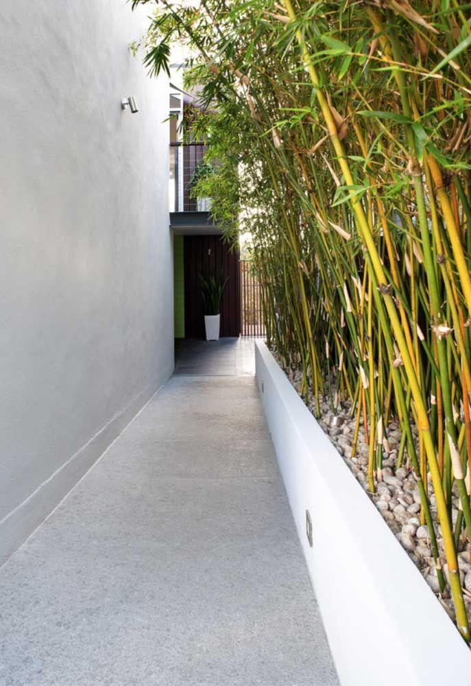 O corredor externo ganhou revestimento de piso Fulget para combinar com o estilo rústico das paredes em cimento natural