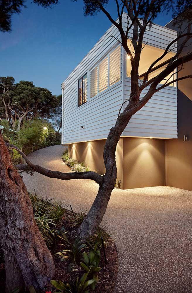 Entrada para carros na casa super moderna em piso Fulget resinado, garantindo uma maior uniformidade no revestimento