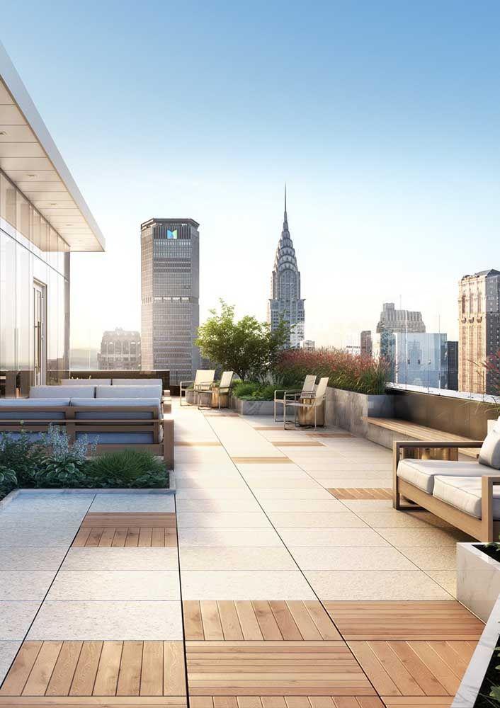 O grande terraço do apartamento ganhou ainda mais notoriedade com a aplicação do piso Fulget em meio às placas de madeira