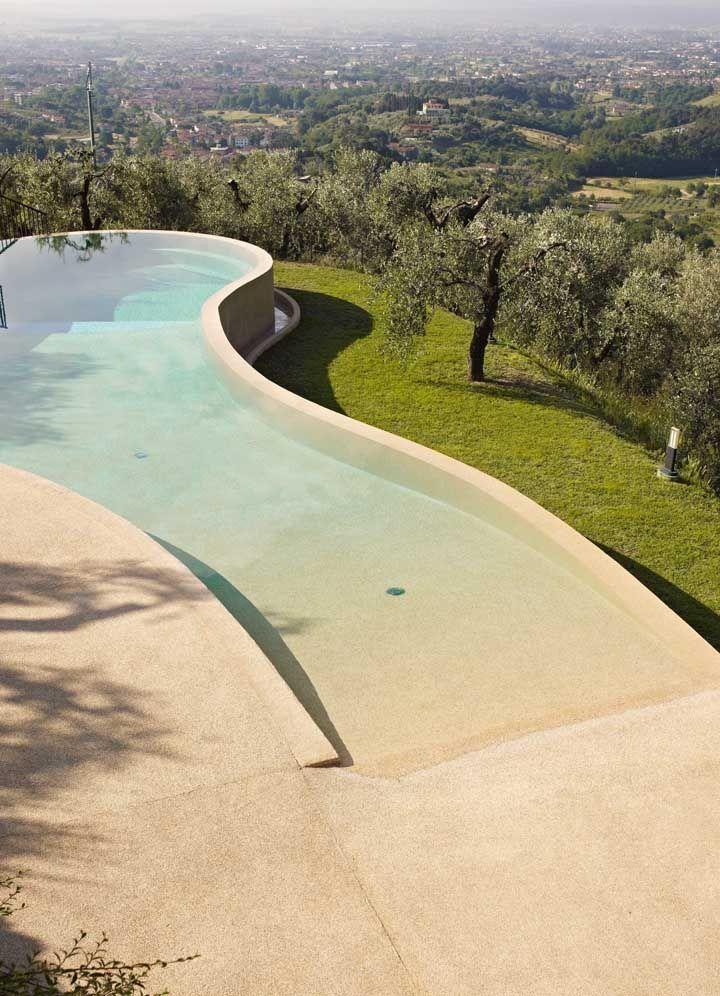 Área da piscina com revestimento em piso Fulget resinado; perceba que não há juntas entre as aplicações