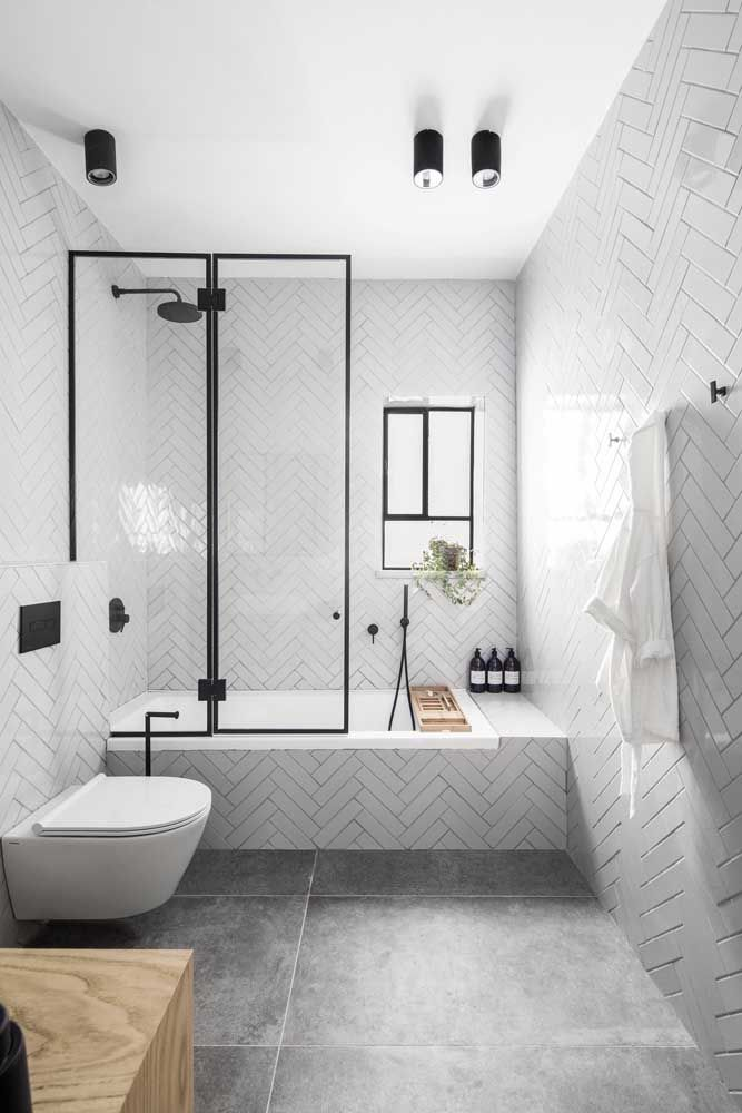 Banheira simples embutida de alvenaria para o banheiro pequeno e moderno