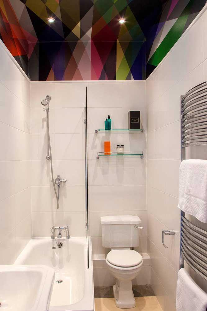 A ideia de colocar a banheira e o chuveiro no mesmo espaço é perfeita para banheiros pequenos; veja como aqui tudo ficou bem distribuído