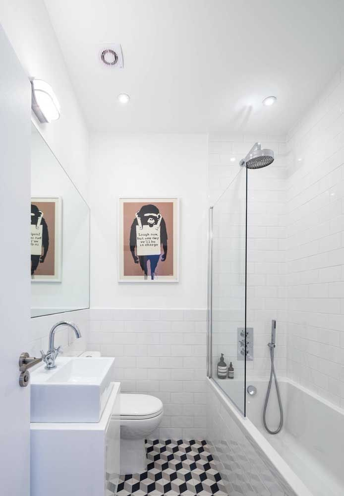 Banheira em fibra com hidromassagem e chuveiro: solução perfeita para o banheiro pequeno