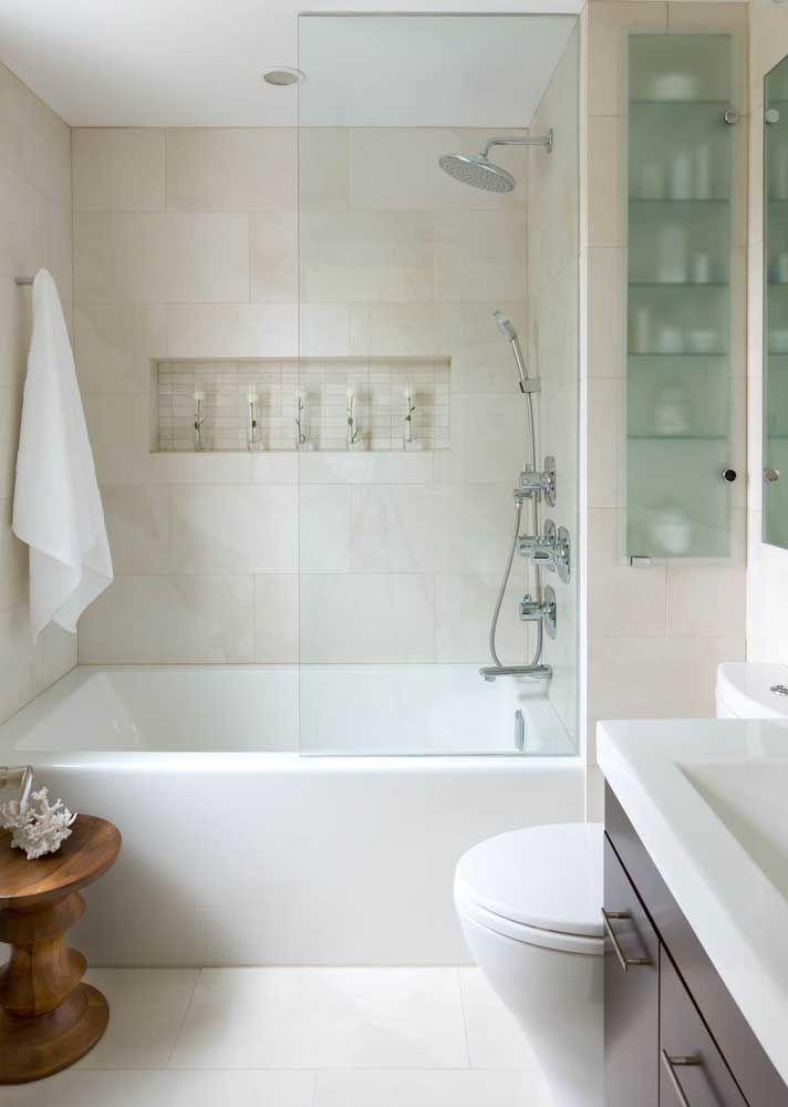 Uma ótima opção para banheiros de apartamento: banheira de cerâmica no mesmo espaço do chuveiro