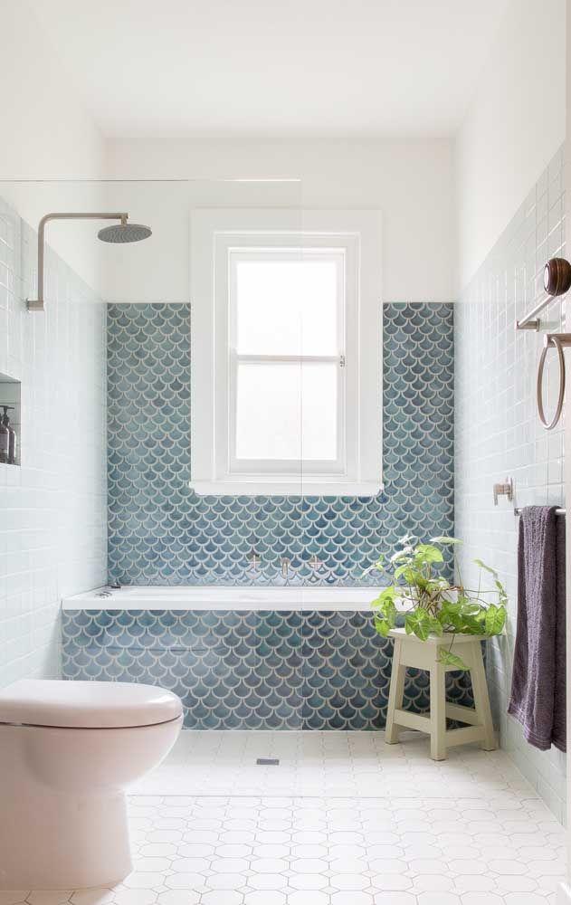 Para dar um charme extra à banheira capriche na escolha do revestimento e o estenda pela parede