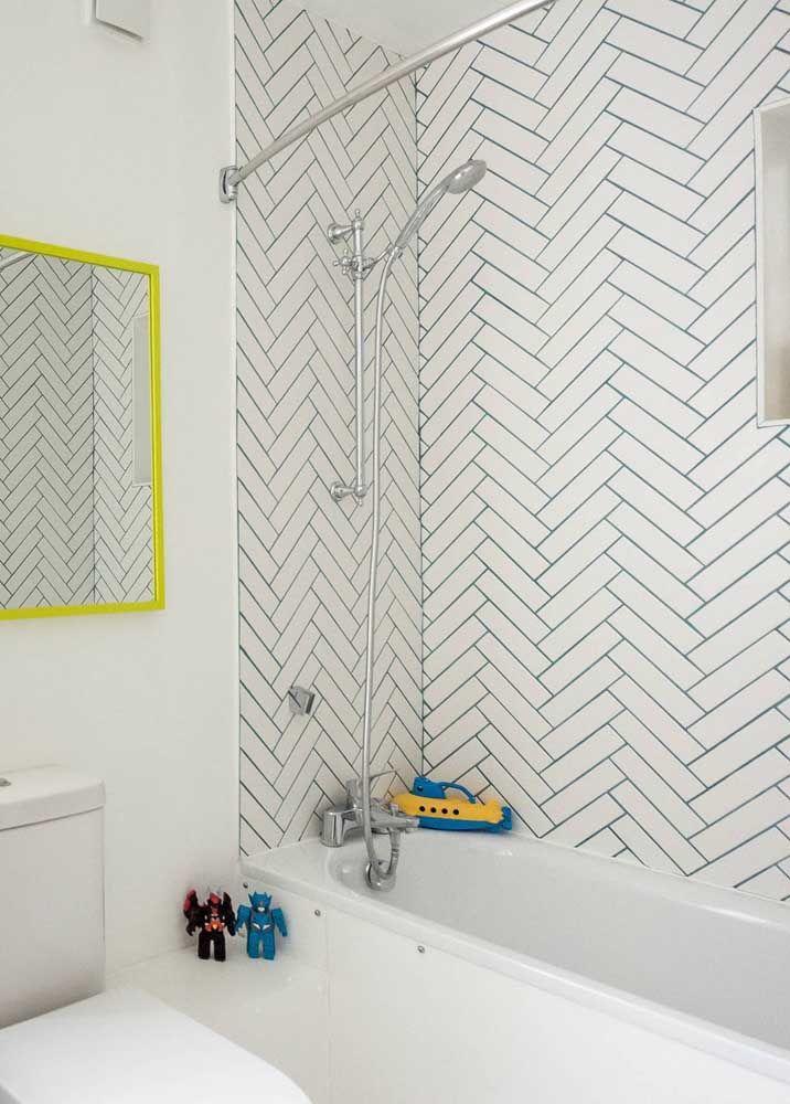 Banheira rasa para o banheiro das crianças; a opção foi pela fibra, em um modelo embutido e dividindo o espaço com o box e o chuveiro