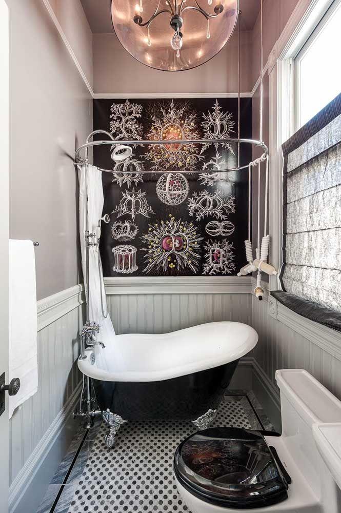 Uma linda inspiração de banheira vitoriana para o banheiro pequeno, reforçando a ideia de que classe e estilo não se medem pelo tamanho