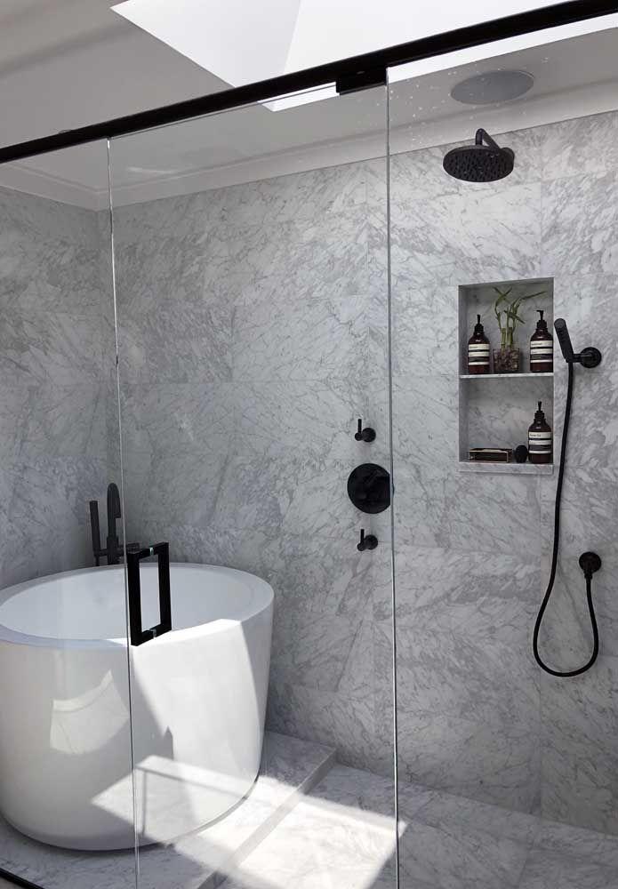 Banheiro pequeno com banheira e box; repare que a banheira redonda de cerâmica se encaixou perfeitamente no ambiente