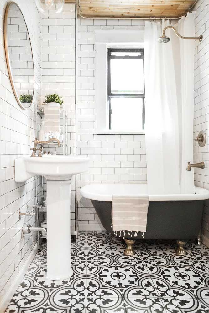 Banheira vitoriana com pés em ferro; uma ótima opção para banheiros pequenos e para quem procura algo de fácil instalação