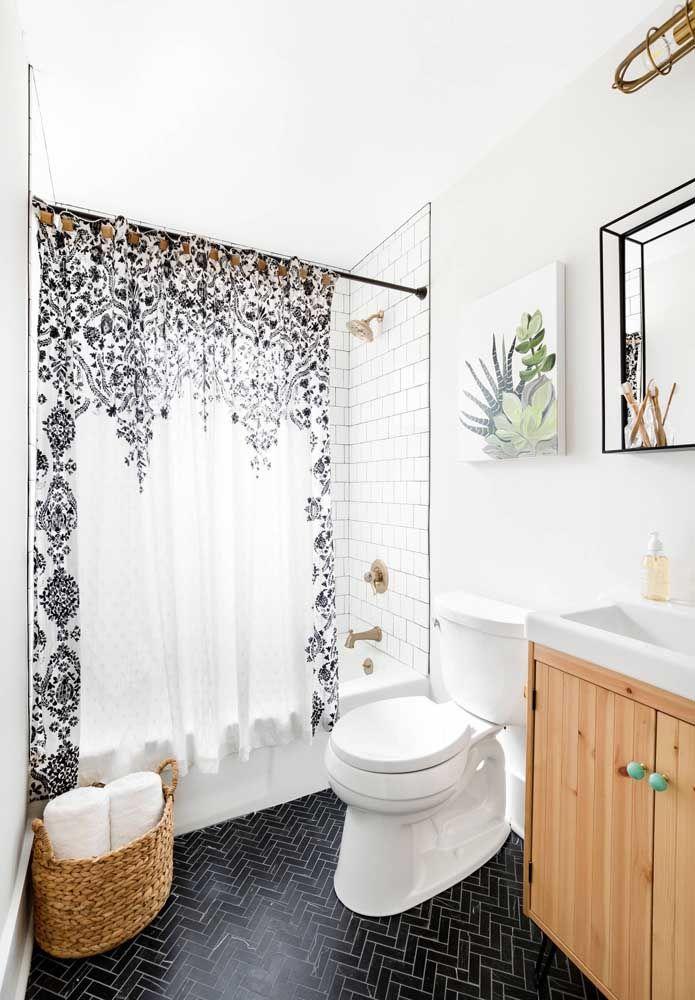 Banheiro pequeno com banheira e box; o destaque vai para a cortina que oferece muito charme para o ambiente