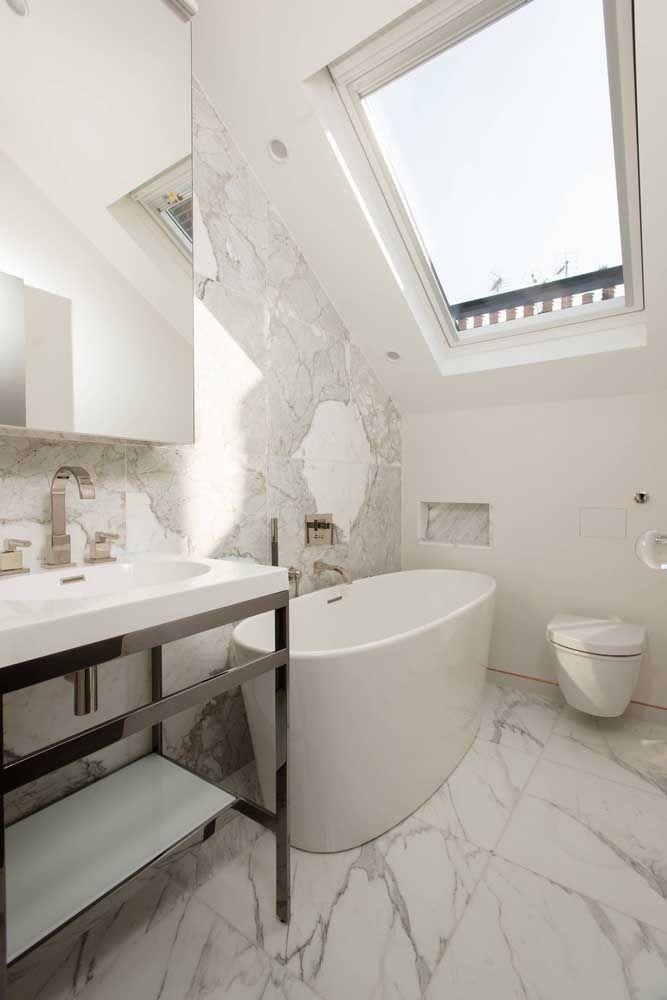 Banheira em cerâmica no estilo ofurô: perfeita para banheiros menores