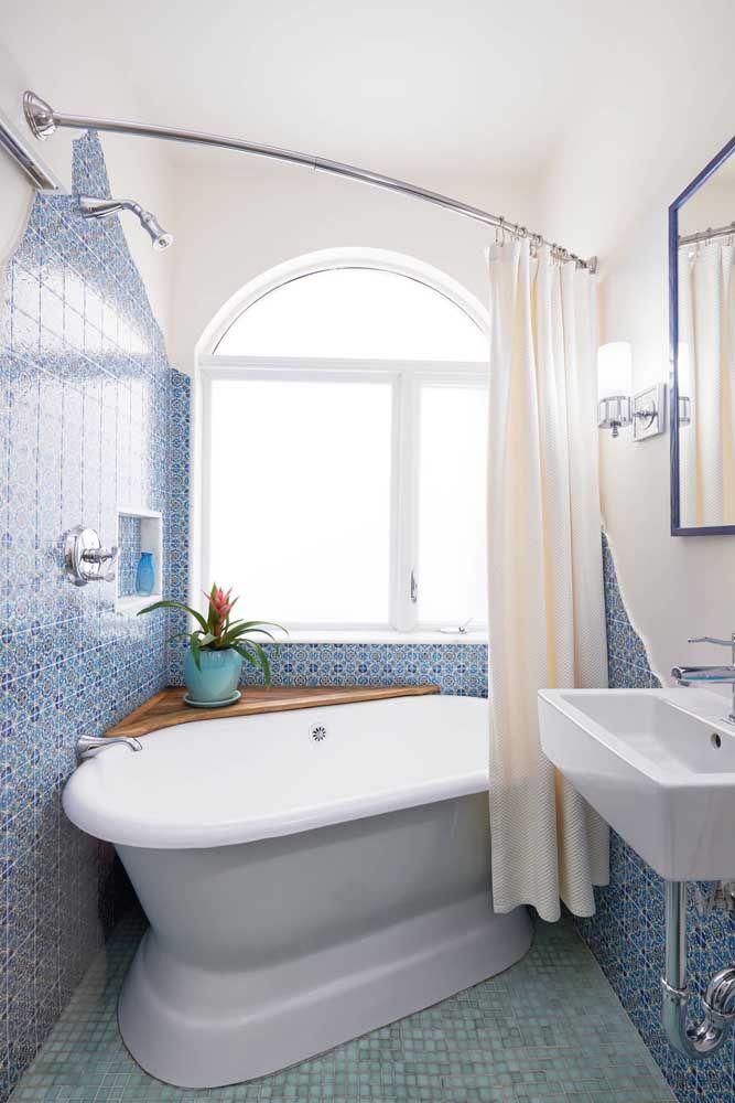 Para caber no pouco espaço disponível, a banheira foi instalada na diagonal; para completar, a peça ainda ganhou a companhia de uma cantoneira em madeira