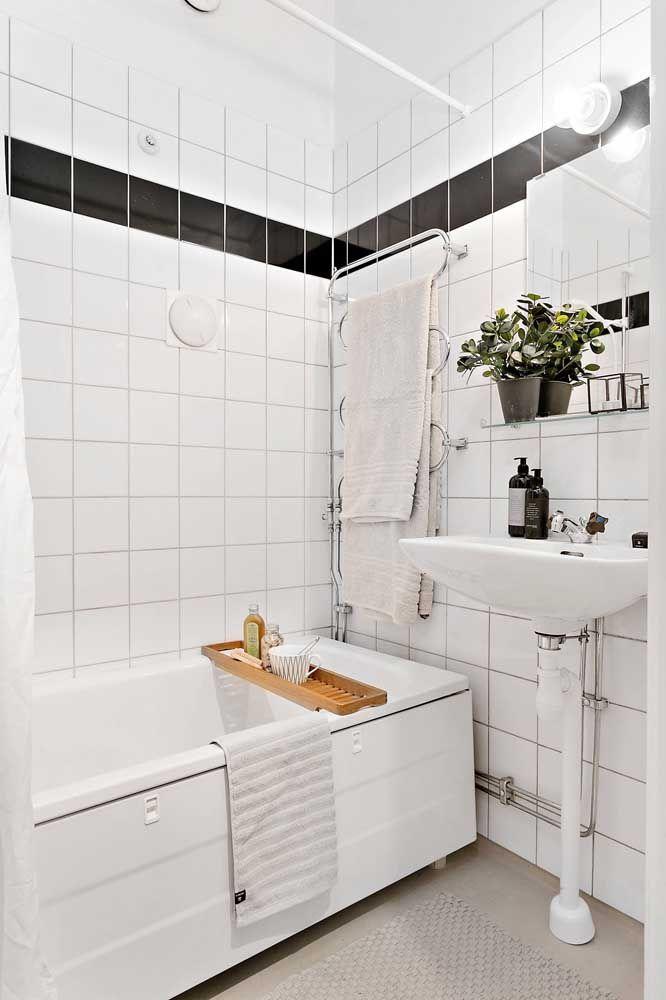 O banheiro pequeno contou com uma banheira pequena de hidromassagem toda especial e super elegante